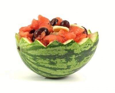 Macedonia di frutta fresca in melone intagliato thumbnail