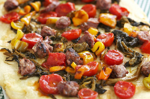 Pizza con peperoni e salsiccia thumbnail