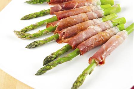 Involtini di prosciutto crudo con gli asparagi thumbnail