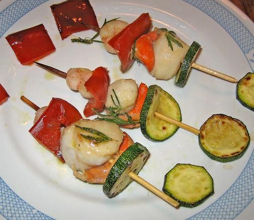 Spiedini di gamberi al forno con verdure thumbnail